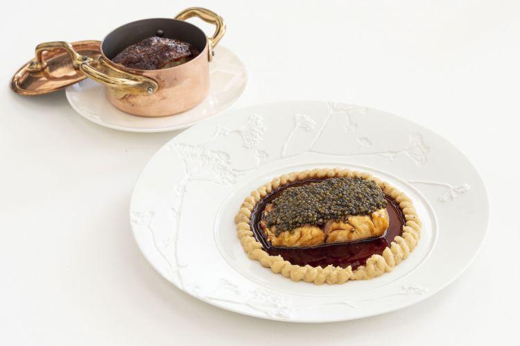 La Spigola, cavolfiore e caviale: filetto di spigola carnificata da una demi-glace di manzo e soia, cavialee crema di cavolfiore del ristorante gourmet Principe di Belludia