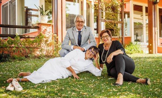 Isa Mazzocchi, in bianco, con il marito Roberto Gazzolae la sorella Monica Mazzocchi. Foto di Stefano Caffarri