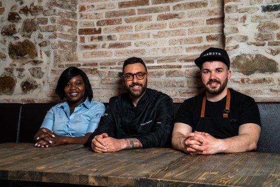 Da sinistra, Aliguettou Billa, responsabile di sala e dell'accoglienza daInedito, Antonio Pappalardo e, a destra,Davide Rizzardi, braccio destro di Antonio, al timone del forno della nuova pizzeria bresciana