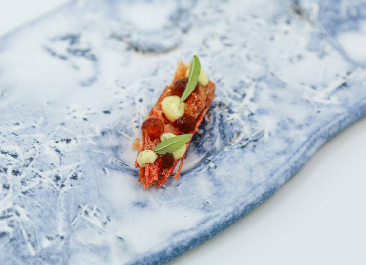 La testa fritta del gambero rosso è uno degli elementi che componeRosso Gamberocon spaghettonial grano saraceno, tartare di gambero rosso e chips di pelle di pollo con 'nduja di pomodoro