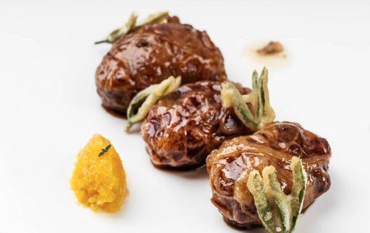Turcinieddhi glassati alla birra, marmellata di cipolla all arancia, critmi in tempura e infuso di luppolo(fotoinstagram)