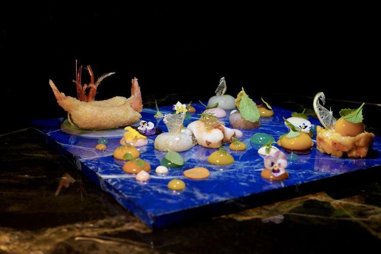L'eclissi lunare di Kandinsky, un percorso di mare che guarda al cielo: carpaccio di gamberi, gel di mela verde, gamberi fritti con quinoa, insalatina di astice, mango e dragoncello, gnocco liquido di mango, medaglione di astice con caviale di colatura, sfere di scambi e gamberi, emulsioni di yogurt e barbabietola, gel di carota edi mango, emulsione di ostrica...
