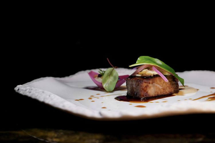 Ventresca di tonno con salsa genovese, jus di tonno e vongole veraci, brunoise di verdure