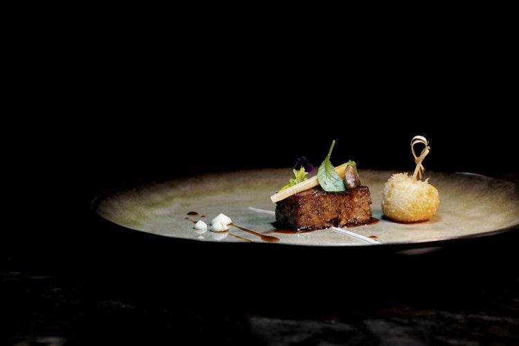 Lingotto di stinco di vitello al profumo di noce moscata, crocchetta di patate, salsa alioli e spuma di carote e agrumi
