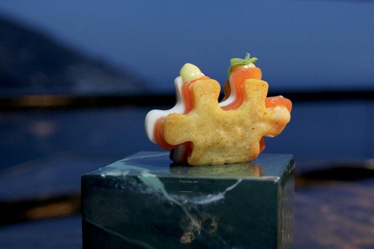 Puzzle caprese: biscotto all'origano, salsa di mozzarella, gel di pomodoro, maionese al basilico