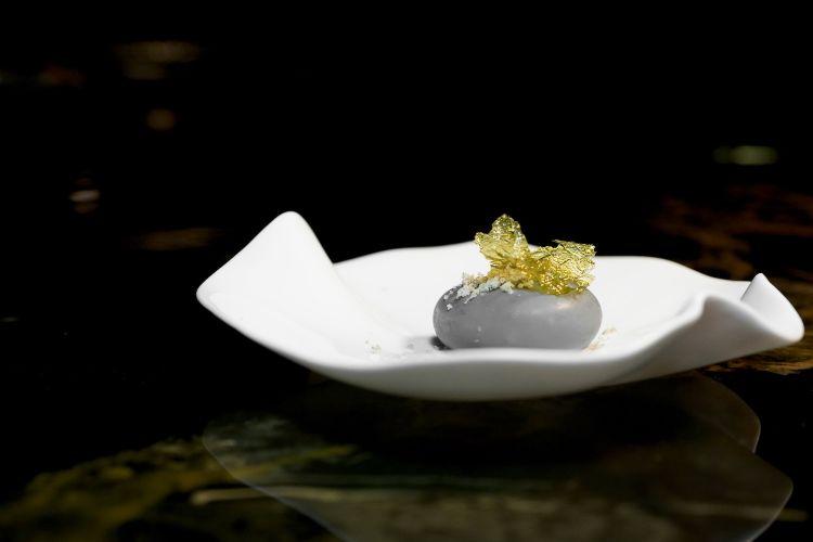 Sasso: cremoso di provolone del monaco, crumble di sesamo bianco e nero, alga fritta