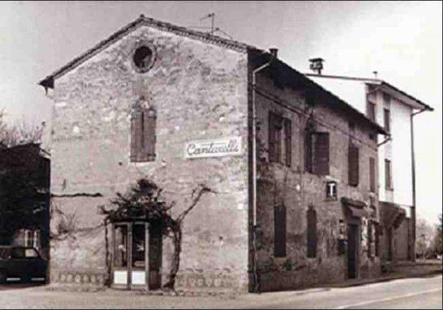 """Una vecchia immagine della trattoria Cantarelli. Scrisse Federico Umberto d'Amato sulla Guida ai ristoranti de L'Espresso del 1979: «Negli anni '50, negli anni '60, anni bui per la nostra cucina (...) davanti alla superbia francese, peraltro giustificata, potevamo almeno replicare: """"Voi avete il vostro Point, il vostro Bocuse, noi abbiamo il nostro Cantarelli"""". Ed in effetti non avevamo che lui (e il rimpianto Nino Bergese). Poi è venuta la """"nuova cucina"""" e noi, che ne siamo accaniti fautori, non possiamo dimenticare che già prima che questa """"filosofia"""" gastronomica si affermasse, Mirella Cantarelli ne anticipava i principi e la pratica, litigando con la suocera, brava cuoca all'antica, che le rimproverava di essere in cucina una ragazza troppo originale e """"moderna""""»"""