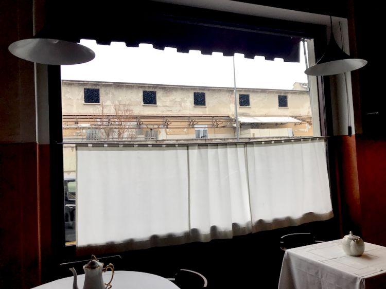 Uno scorcio del vecchio macello di Milano visto dalla sala da pranzo della trattoria dei fratelli Traversone, Paola e Giovanni
