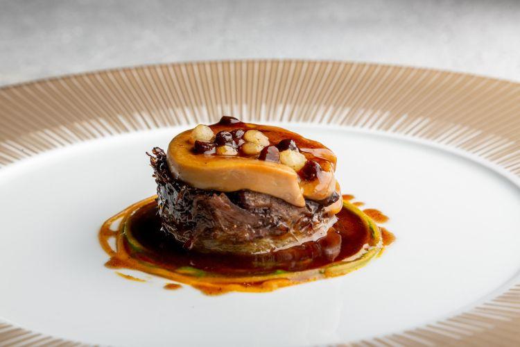 Coda di vitello alla Royale, con verza, tartufo, perle di pera, salsa Royale, salsa alle erbe, salsa di pere e ginepro e foie gras: il piatto di Enrico Bartolini di Enrico Bartolini al Mudec