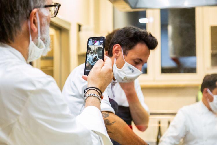 Niederkofler fotografa il suo sous chef, Michele Lazzarini, al lavoro