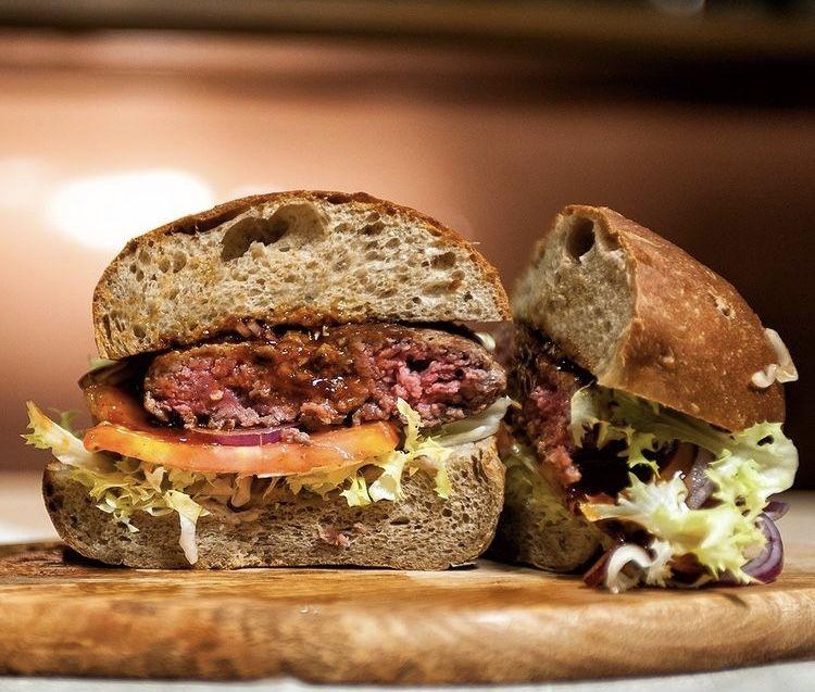Non solo pizza! Officine Birrai serve anche ottimi burger, i Trebiozzi, il cui pane è realizzatocon farine Petra