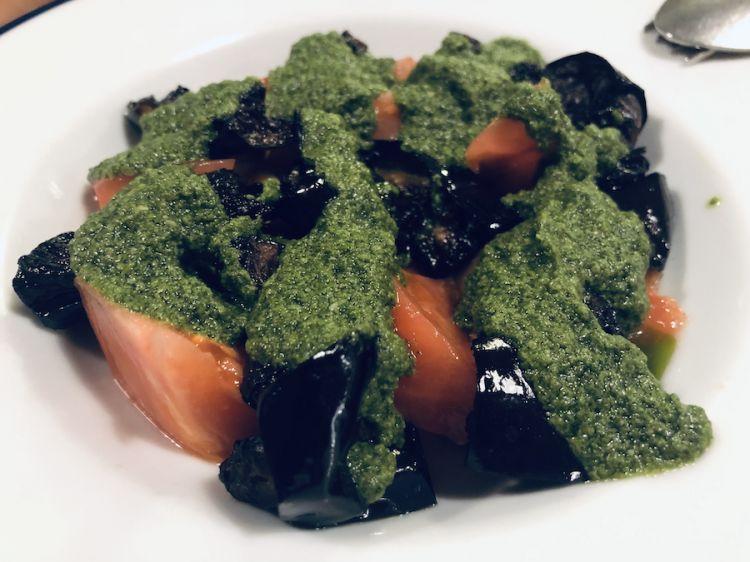 Insalata di pomodori nasone, melanzane e pesto, ennesimo piatto vegetariano proposto da Trippa