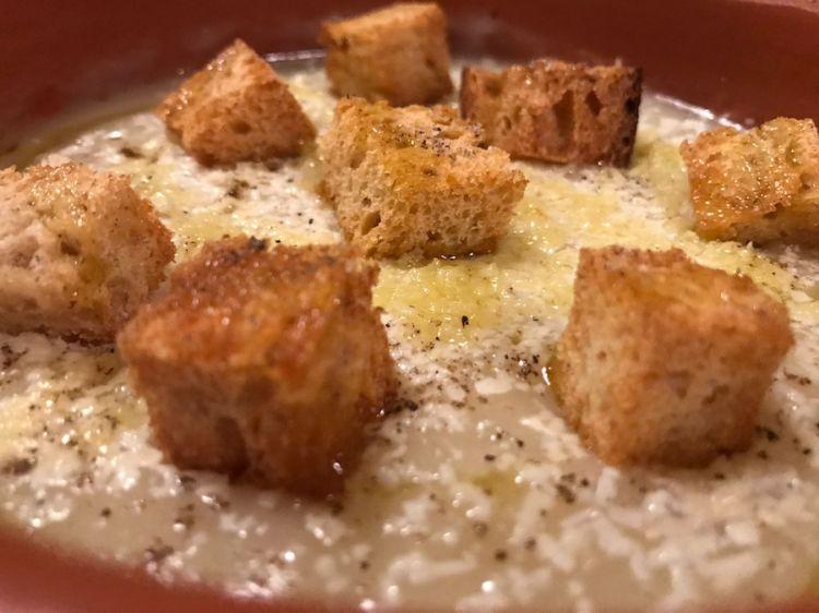 Diego Rossi: Zuppa di cipolla di Castrofilippo e Acquaviva, castelmagno e crostini