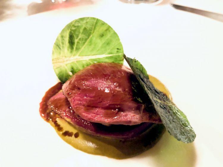 Piccione fondente, farcito con fegato grasso, salsa al pistacchio e zafferano, ricetta di Antonio Guida per il ristorante Suinsom