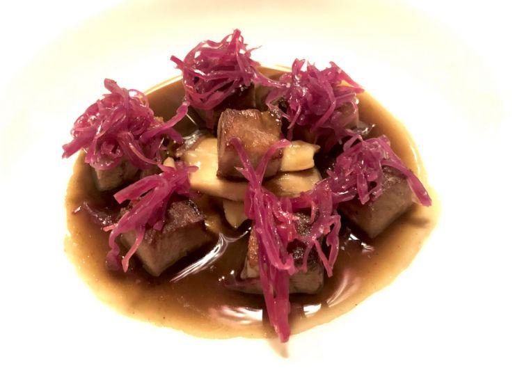 Lingua di vitello, cavolo rosso fermentato e jus di funghi, chef Alessandro Martellini al Suinsom dell'hotel Tyrol a Selva di Val Gardena