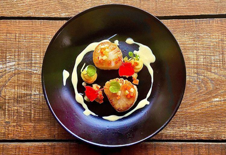 Parmigiano Reggiano 40 mesi, capesante scozzesi, tartufo, pastinaca e mela Granny Smith, del ristorante The Kings Arms Fleggin Gran Bretagna