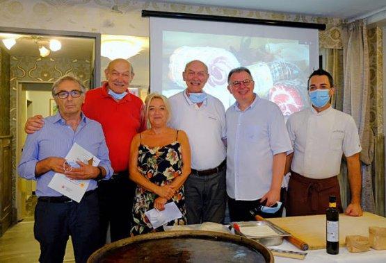 I responsabili del Consorzio della Focaccia di Recco e del Consorzio Salumi Piacentini con i gemelli Bisso del ristorante Da O Vittorio