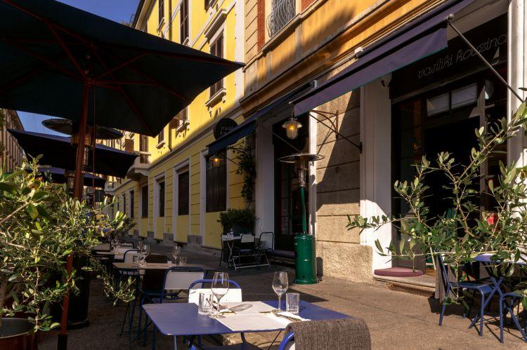 Vasiliki Kouzina dispone ora anche di bel dehors esterno, per pranzare o cenare in tranquillità