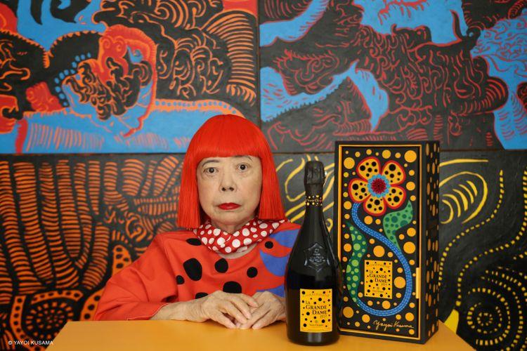 Un ritratto di Yayoi Kusama con la nuova bottiglia di Grande Dame 2021