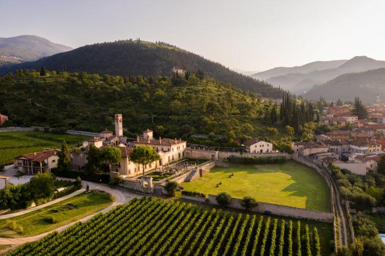 Villa della Torre, antica villa rinascimentale in Valpolicella, è lasede dell'azienda vitivinicola e di recente è stata trasformatain Wine & Art Relais