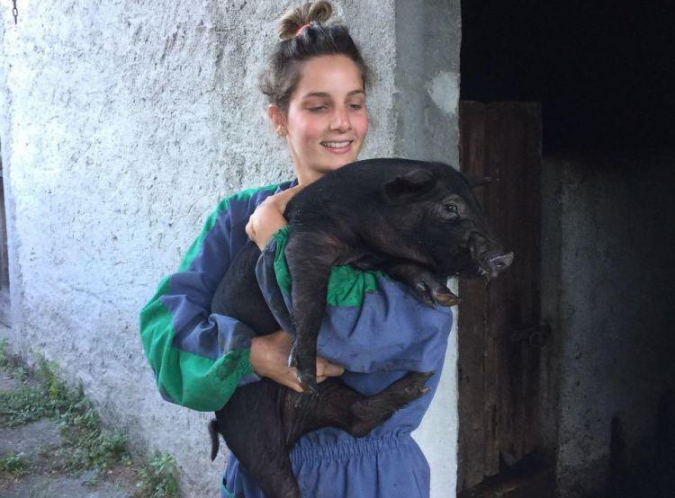 Vera Capelli con uno dei suoi maiali