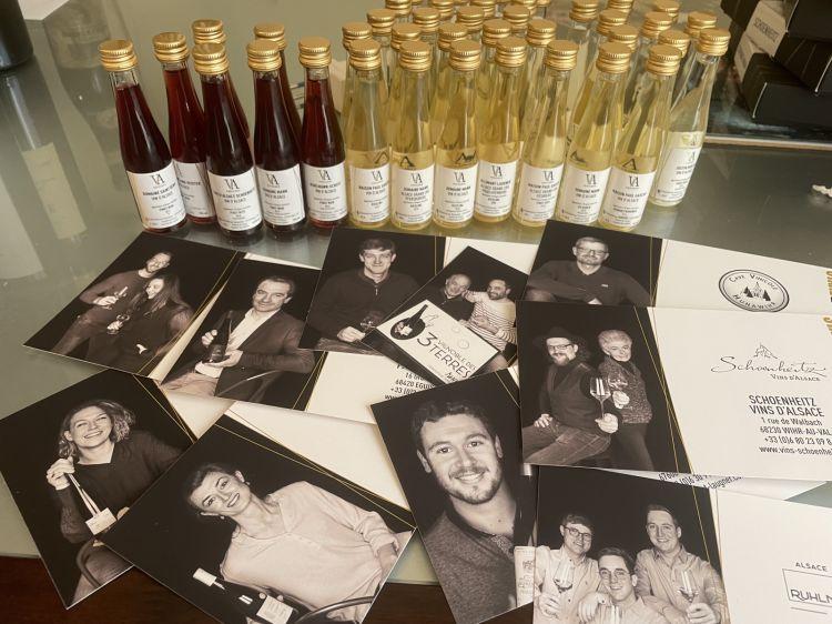 La degustazione dei vini e le cartoline deiproduttori