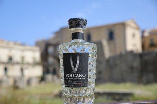 Il Volcano Gine ilsuopackaging particolare, una bottiglia diamantata con il tappo in pietra lavica