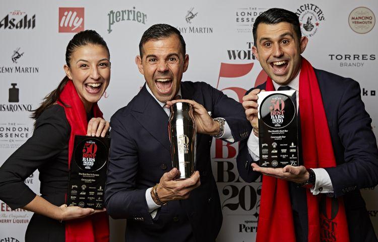 Perrone e Bargiani festeggiano con la cagliaritana Maura Milia il primo posto della classifica World's 50 Best Bar