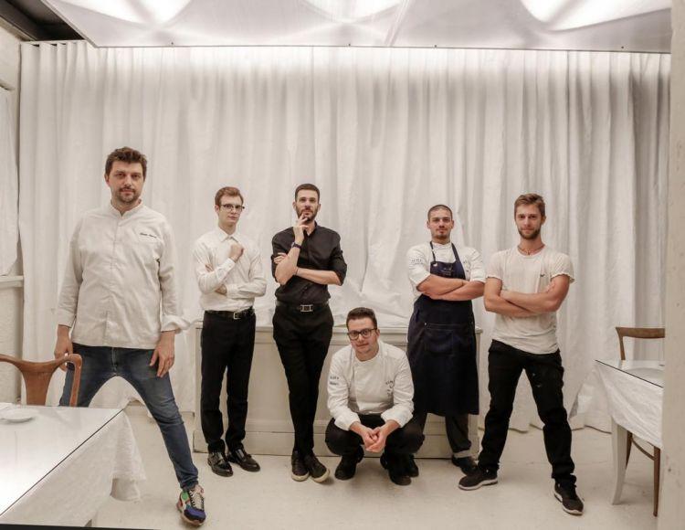 Lostaff del ristorante Dina, a sinistra lo chef Alberto Gipponi
