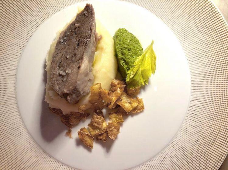 Ganassino, purea di patate di montagna, bucce croccanti, salsa verde di foglie di sedano e limoni sotto sale, di Cesare Battisti, ristorante Ratanà di Milano