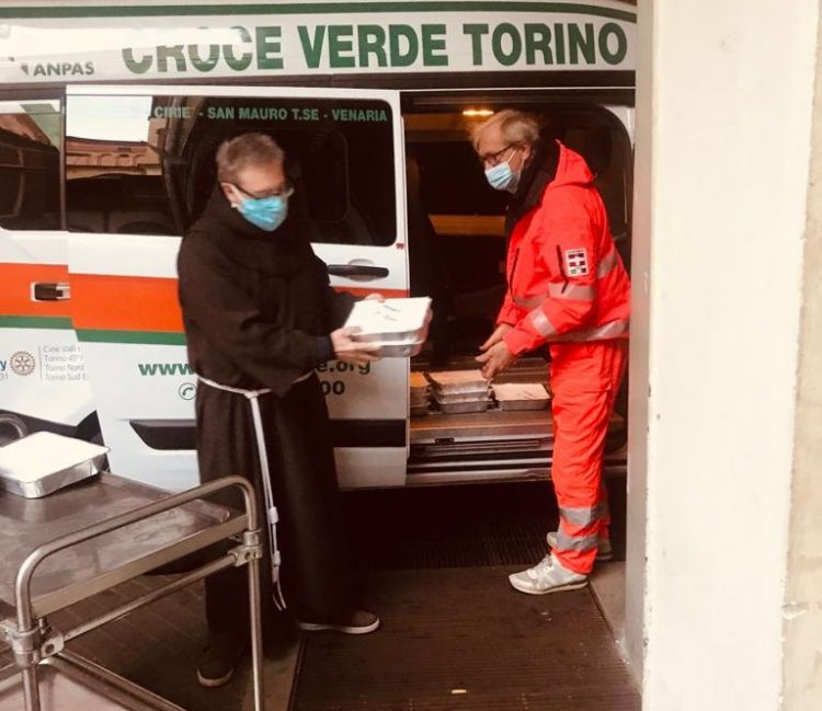 La consegna dei pasti ai Frati Minori