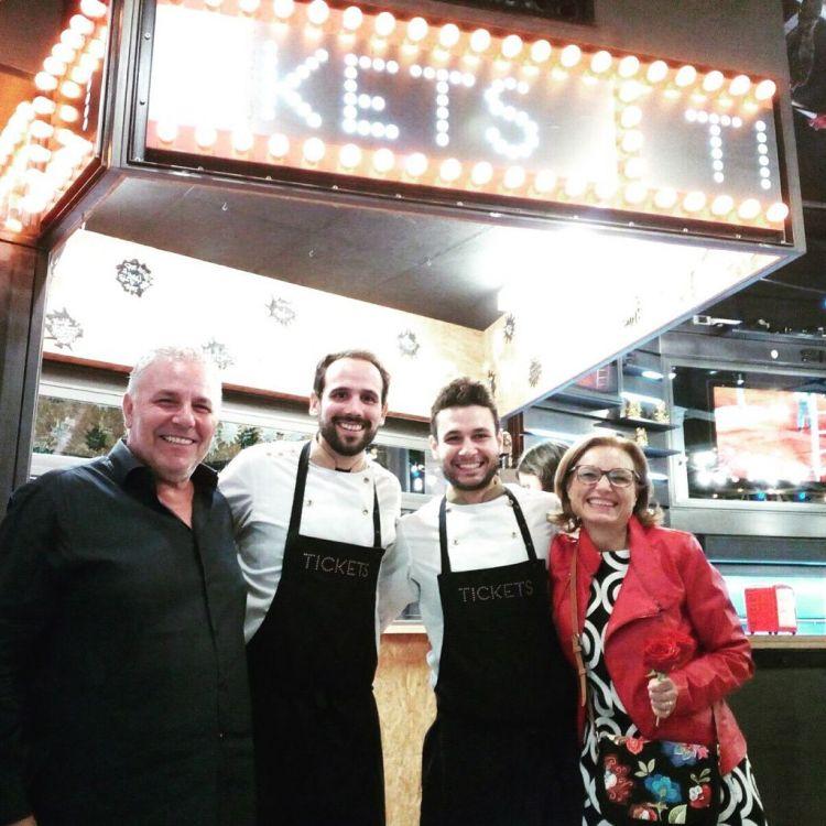 Papà Michele e mamma Lucia Izzo con Maicol e lo chef di Tickets, Fran Agudo
