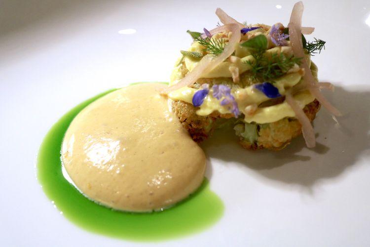 Cavolfiore di Donnalucata in salamoia, cotto confit in burro chiarificato, con cipolla rosa di Roscoff in agrodolce di lamponi, salsa olandese, miso e croccante di macadamia