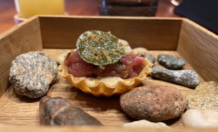 Un primissimo benvenuto: Tartelletta di pasta tandoori, mousse di tonno di Cetara, tartare di vitello, bottarga di branzino, foglia di cappero sott'olio