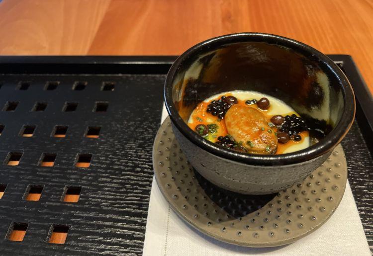 Chawan Mushi(acqua di vongole e uovo nella preparazione della crema, cozza alla scapece, semi di roveja, ceci neri, acciuga affumicata)