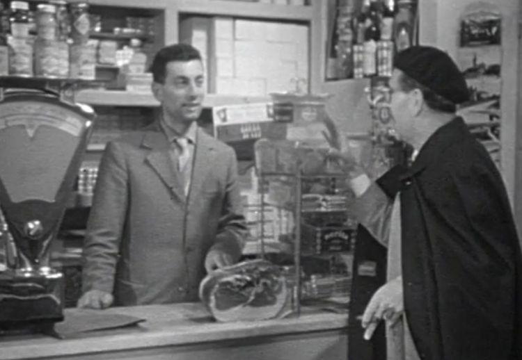 Peppino Cantarelli accoglie Mario Soldati all'entrata della bottega