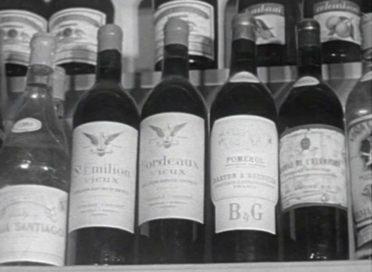 La telecamera indugia sulle bottiglie francesi