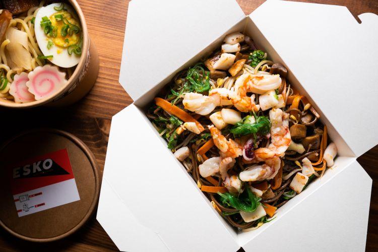 """Yaki somen """"allo scoglio"""": spaghettini di frumento, salsa soba Esko, funghi, gamberi, calamari, cipolla alla brace, cavolo di Pechino scottato, germogli di soia, carote glassate.(FotoAromi.group)"""