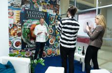 Moreno Cedroni (La Madonnina del Pescatore di Senigallia, Ancona) nel corner allestito da La Cucina Italiana a Identità Milano (foto Brambilla/Serrani)