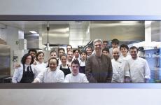 Foto di gruppo della brigata del Joia di Milano. Il ristorante di Pietro Leemann compie 30 anni