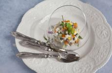 La splendida insalata russa, o per meglio dire insalata Olivier, nella ricetta classica firmata Liudmila Musatova