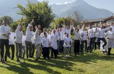 Foto celebrativa degli chef protagonisti della kermesse dedicata al bitto a La Fiorida, in Valtellina. E' stata un grande successo. Il racconto di Identità Golose