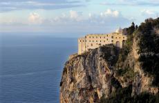 Una foto del Monastero Santa Rosa, hotel di lusso con ristorante una stella Michelin - lo chef è il tedesco Christoph Bob - a Conca dei Marini, in Costiera Amalfitana