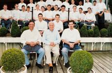Michel Roux, al centro, con la sua brigata del The Waterside Inn, grande ristorante di cucina francese in Inghilterra. Roux è morto giovedìscorso, 12 marzo 2020