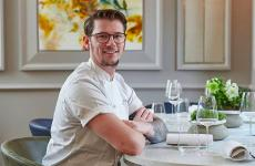 Adam Handling, scozzese, classe 1988, titolare di 6 insegne a Londra: Frog, The Frog Hoxton, Iron Stag Hoxton, Eve Bar, Bean & Wheat e Adam Handling Chelsea, l'ultimo nato nell'hotel Cadogan