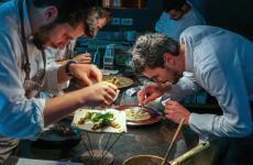 ALPASS. A destra, Filippo Baroni, chef diMater, ristorante del resort Borgo I Tre BaronidiMoggiona (Arezzo). Le foto sono di Luca Managlia