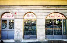 Le vetrine su strada diCiciaràinpiazza Santo Stefano8, aMilano (foto facebook)