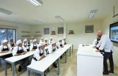 Niko Romito con gli alunni della sua Accademia di Casadonna. Nel 2022le aule saranno trasferite nel ben più grandeCampus Niko Romito, laboratorio specializzato inricerca e alta formazione, sulla Strada Statale 17 a Castel di Sangro (L'Aquila)
