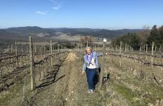 Emila Nardi nelle vigne a Montalcino