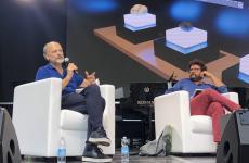 Moreno Cedroni, chef della Madonnina del Pescatore di Senigallia (Ancona), venerdì scorso sul palco dell'Ulisse Fest di Rimini. Con lui, il giornalista Luca Iaccarino